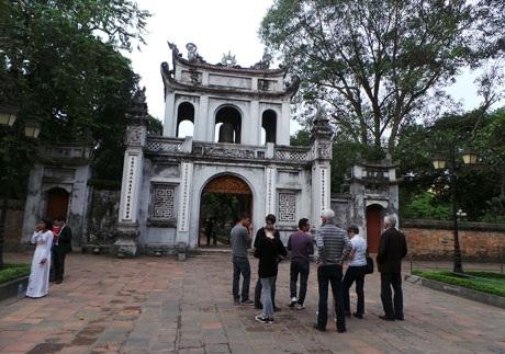 Du khách nước ngoài tới Hà Nội không thể bỏ quaVăn Miếu – Quốc Tử Giám (Ảnh: Nhữ Trang)