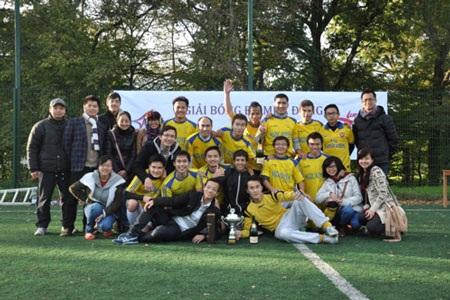 Đội Gió Lào vô địch giải mùa đông UEVF Cup- Orléans 2013 chụp ảnh lưu niệm cùng BTC