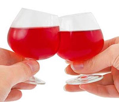 Khộng cụng ly và uống khi ở