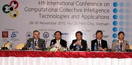 GS. Thành (giữa) trong Chủ tịch đoàn tại Hội nghị quốc tế về Trí tuệ nhóm