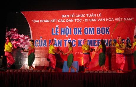 Sân khấu tái hiện Lễ hội Ok om bok của các dân tộc Khmer Nam Bộ.