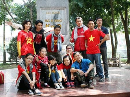 Bạn trẻ khắp nơi khi đến Hà Giang thường dành những phút dừng chân bên km0