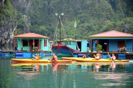Du khách chèo kayak trên Vịnh Hạ Long