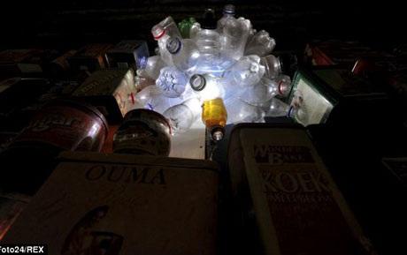 Những chiếc chai nhựa được sử dụng để làm hệ thống ánh sáng