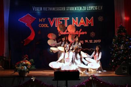 """Múa nón """"Việt Nam Quê hương tôi"""" mở màn cho đêm hội đậm chất Việt Nam giữa nước Đức xa xôi"""
