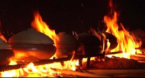 Trong quá trình kho cá, người đun phải đảm bảo được cho ngọn lửa cháy vừa đủ.