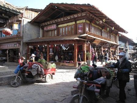 Gần 10h sáng, cả cổ trấn bừng tỉnh với các hoạt động kinh doanh, buôn bán