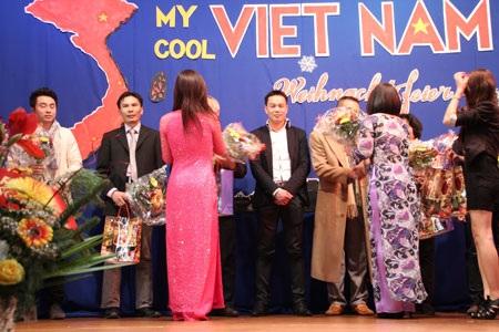 BTC Chương trình tặng hoa và quà cảm ơn khách mời và các nhà tài trợ