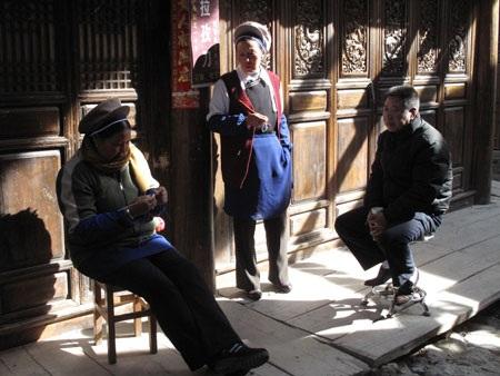 Những phụ nữ bận rộn thêu thùa trong nắng vàng