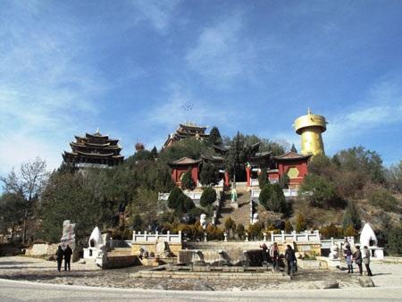 Đại Phật Tự thu hút rất đông du khách tới tham quan, chiêm bái