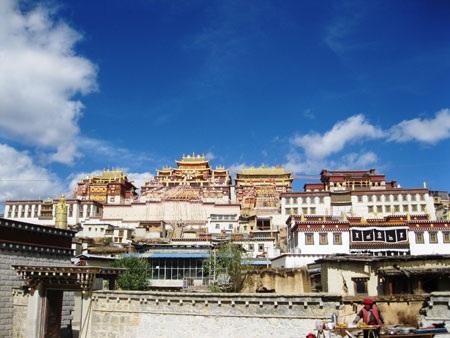 Tu viện Shongzalin là một mô phỏng của tòa Bạch cung Potala trên thánh địaLhasa