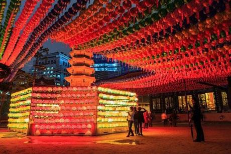 Rực rỡ những chiếc đèn lồng hoa sen trong sân nhỏ trước một ngôi đền phật giáo ở Seoul, Hàn Quốc