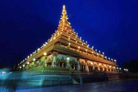 Ngôi đền phật giáo ở Thái Lan đẹp trang nghiêm trong áng sáng của những ngọn nến