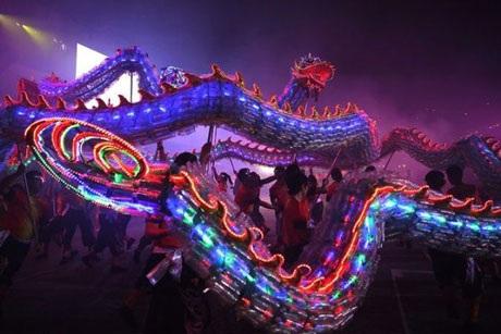Con rồng được thắp sáng bằng ánh đèn flash làm từ những chai nhựa tái chế đang nhảy múa.