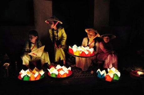 Hình ảnh những cô gái Hội An đang bán đèn lồng cho khách du lịch thật dễ mến