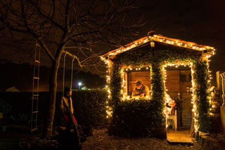 Ánh sáng thắp lên thật ấm áp cho một gia đình trong đêm giáng sinh