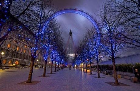 Con mắt London (London Eye) hay còn gọi là vòng quay thiên niên kỷ đẹp mờ ảo trong ánh sáng xanh