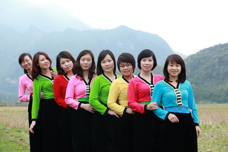Tác giả (thứ 2 từ trái sang) trong trang phục phụ nữ Thái