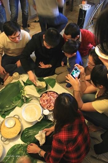 Ngày gói bánh chưng cũng có sự tham gia của bạn sinh viên quốc tế