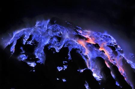 Những đốm lửa màu xanh, đỏ huyền bí