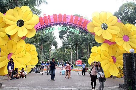 Đúng 2h chiều ngày 25/1, Hội hoa xuân Tao Đàn đã chính thức mở cửa đón du khách vào tham quan