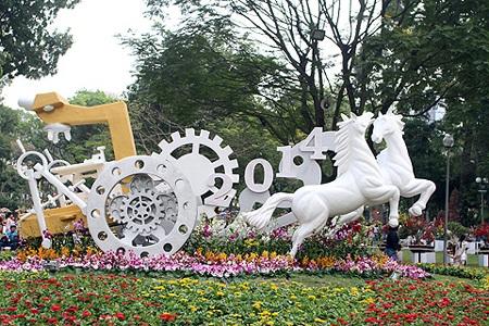 Chào mừng năm Giáp Ngọ, trong khuôn viên của hội hoa có khá nhiều mộ hình ngựa