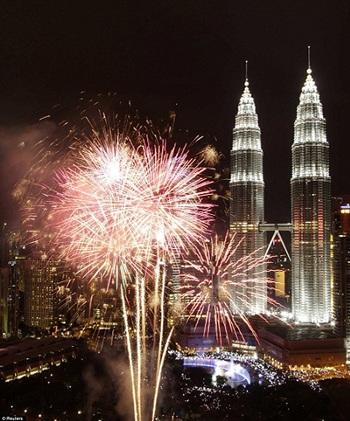 Bắn pháo hoa chào năm mới tại tháp đôi