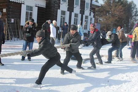 Các sinh viên Việt ra sức trổ tài kéo co giữa tuyết