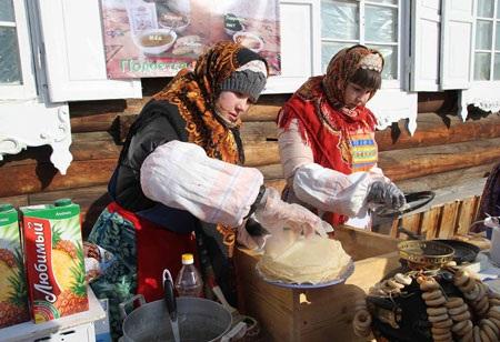Thưởng thức những món ăn truyền thống do chính các cô gái Nga làm ra tại chỗ