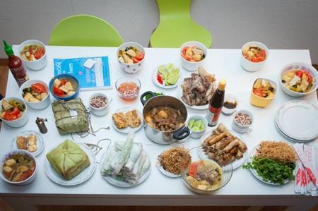 Mâm cơm với bánh chưng của các du học sinh EHL và Glion