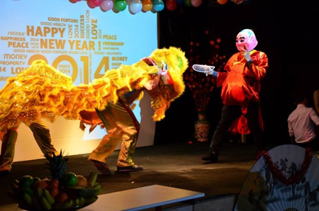 Một điểm thú vị của chương trình Tết năm nay là người cầm đầu lân và múa lân là Lucas,