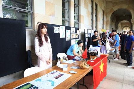 Gian hàng đậm chất Việt Nam của các du học sinh tại chợ phiên ĐH Queensland