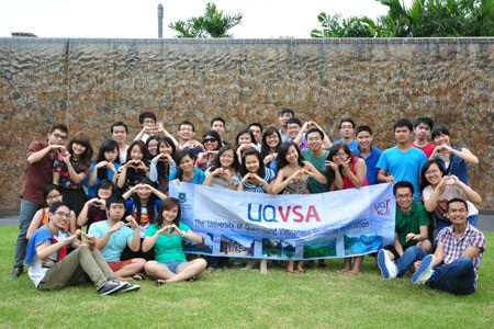 Mọi người chụp hình lưu niệm với UQVSA trước khi bữa tiệc kết thúc
