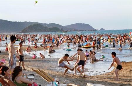 Cửa Lò thu hút rất đông du khách trong mùa du lịch