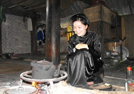 Người con gái Tày tự tay đun nước mời khách (Ảnh: Văn Quân)