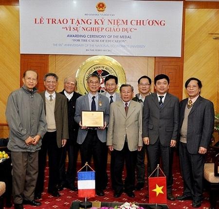 GS Lê VănCường cùng các học viên khóa 9 của VCREME