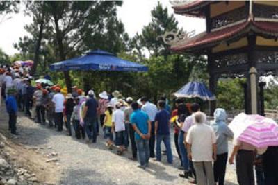 Người dân đến viếng ở khu mộ Đại tướng Võ Nguyên Giáp tại Vũng Chùa. Ảnh: Đông Hà