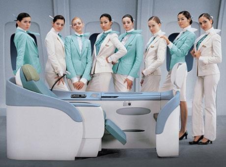 Thiết kế đồng phục của Etihad Airlines ̀làm nổi bật vòng eo của người mặc.