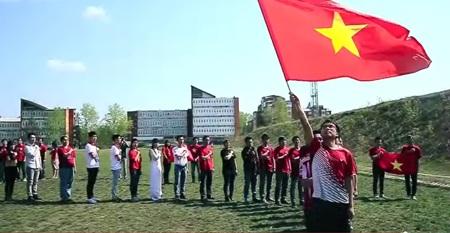 Tự hào, xúc động khi lá cờ Tổ quốc tung bay trên đất bạn