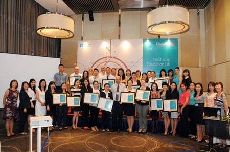 Đại diện các công ty tư vấn du học nhận bằng chứng nhận của Hội đồng Anh