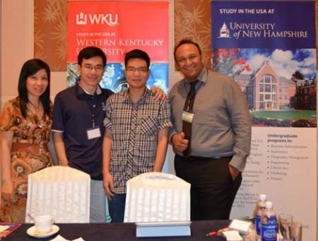 Anh Danial (ngoài cùng bên phải), trong lần đến Việt Nam