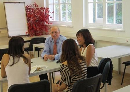 Đại diện Du học BB Cầu Xanh thăm sinh viên của công ty đang du học tại BHMS
