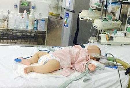 Bé trai bị ngộ độc trì vẫn hôn mê sau 3 ngày điều trị