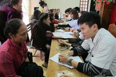 Khám bệnh cho người dân nghèo xã Cẩm Hưng, huyện Cẩm Xuyên, Hà Tĩnh. Ảnh: H.Hải