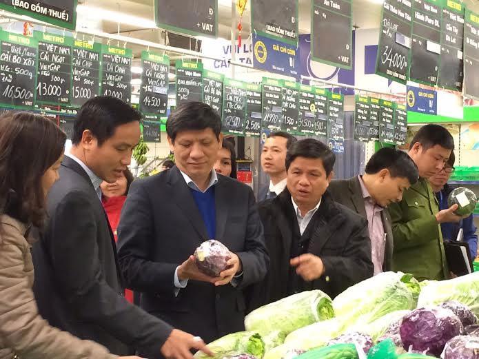 GS.TS Nguyễn Thanh Long, Thứ trưởng Bộ Y tế kiểm tra mặt hàng rau củ tại siêu thị Metro. Ảnh: H.Hải