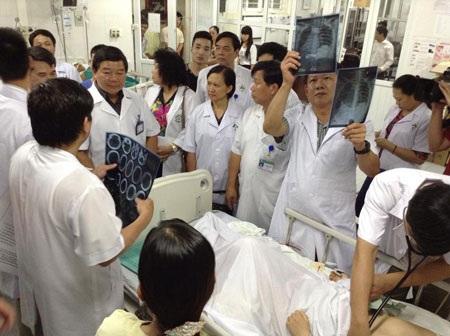 Đoàn bác sĩ bệnh viện Bạch Mai tham gia cấp cứu nạn nhân vụ ô tô lao xuống vực