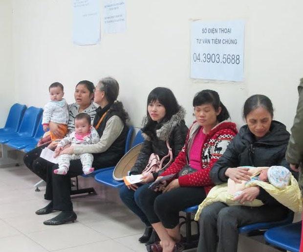 Người dân ngồi chờ tiêm chủng vắc xin trong chương trình TCMR tại điểm tiêm
