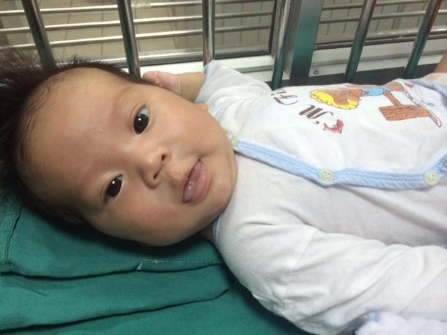 Sau hơn 2 tháng nằm viện, dù thiếu hơi ấm của bố mẹ đẻ nhưng các y bác sĩ