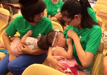 Trẻ đang độ tuổi bú mẹ hoàn toàn, đặc biệt ở trẻ nhũ nhi, sơ sinh không nên