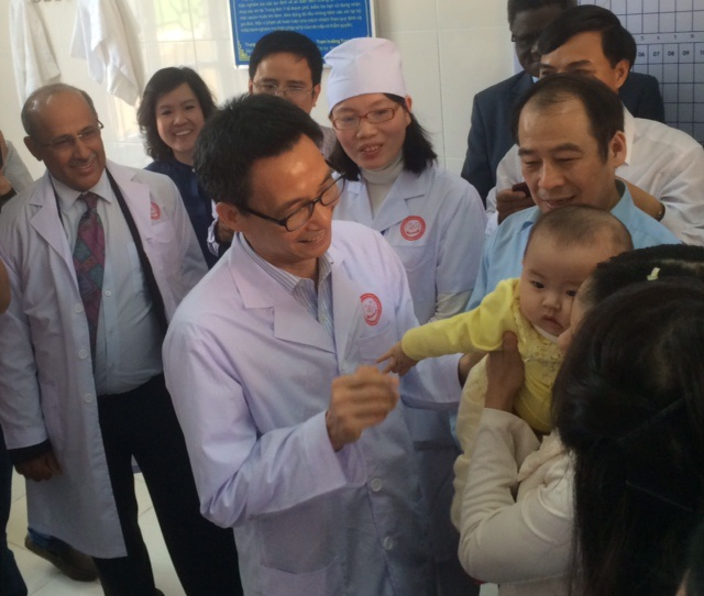 Phó Thủ tướng thăm hỏi một em bé vừa được tiêm ngừa vắc xin Quinvaxem. Ảnh: H.Hải